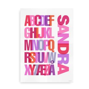 Navneplakat med farverigt alfabet pige